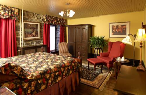 classic-romantic-hotel-room-quebec